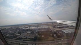 Francfort, Alemania - 16 de junio de 2018: Aterrizaje del avión en el aeropuerto de Francfort FRA, visión desde la ventana del pa almacen de video