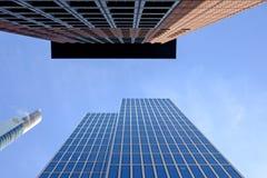 Francfort, Alemania - 12 de noviembre: Vista al cielo con Commerzbank y y torre de Japón en el distrito financiero el 12 de novie Fotografía de archivo