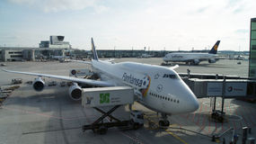 FRANCFORT, ALEMANIA - 12 DE OCTUBRE DE 2014: Jumbo de Boeing 747-8 del vuelo de Lufthansa listo para sacar El portador de bandera Imágenes de archivo libres de regalías