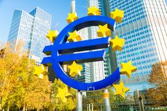 Francfort, Alemania - noviembre de 2018: Escultura euro de la muestra en las torres modernas de una oficina del Banco Central Eur imagen de archivo libre de regalías