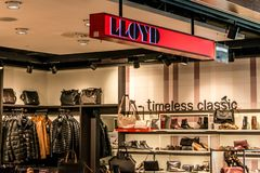 Francfort, Allemagne 29 09 2017 boutiques hors taxe à l'aéroport allemand duesseldorf avec différentes marchandises de luxe Photographie stock
