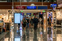Francfort, Allemagne 29 09 2017 boutiques hors taxe à l'aéroport allemand duesseldorf avec différentes marchandises de luxe Images stock