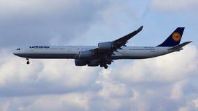 FRANCFORT, ALLEMAGNE - 28 février 2015 : Lufthansa Airbus A340-600 de l'atterrissage de ligne aérienne de Lufthansa à l'Internati Photos libres de droits