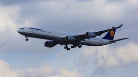 FRANCFORT, ALLEMAGNE - 28 février 2015 : Lufthansa Airbus A340-600 de l'atterrissage de ligne aérienne de Lufthansa à l'Internati Photographie stock