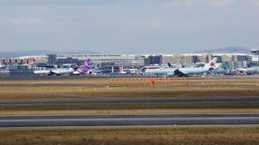 FRANCFORT, ALLEMAGNE - 28 février 2015 : Porte et terminaux à l'aéroport international FRA de Francfort avec des varios Photos stock