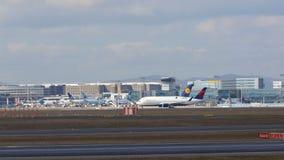 FRANCFORT, ALLEMAGNE - 28 février 2015 : Porte et terminaux à l'aéroport international FRA de Francfort avec des varios Image stock