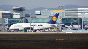 FRANCFORT, ALLEMAGNE - 28 février 2015 : Porte et terminaux à l'aéroport international FRA de Francfort avec des varios Photographie stock libre de droits