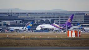 FRANCFORT, ALLEMAGNE - 28 février 2015 : Porte et terminaux à l'aéroport international FRA de Francfort avec des varios Photo stock