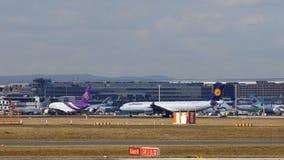 FRANCFORT, ALLEMAGNE - 28 février 2015 : Porte et terminaux à l'aéroport international FRA de Francfort avec des varios Image libre de droits
