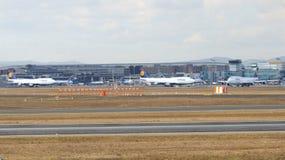 FRANCFORT, ALLEMAGNE - 28 février 2015 : Porte et terminaux à l'aéroport international FRA de Francfort avec des varios Images stock