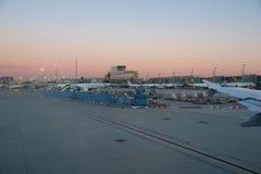 FRANCFORT, ALLEMAGNE - 20 janvier 2017 : Avions, un Airbus de Lufthansa, à la porte dans le terminal 1 à Francfort Photographie stock libre de droits