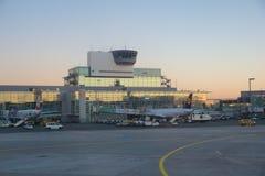 FRANCFORT, ALLEMAGNE - 20 janvier 2017 : Avions, un Airbus de Lufthansa, à la porte dans le terminal 1 à Francfort Image stock