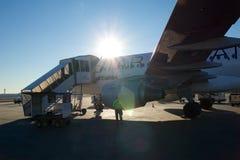 FRANCFORT, ALLEMAGNE - 20 janvier 2017 : Monter à bord d'un avion de Lufthansa dans l'aéroport de Francfort pendant le soleil luf Photographie stock libre de droits