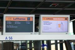 FRANCFORT, ALLEMAGNE - 21 janvier 2017 : Porte d'embarquement de Lufthansa à l'aéroport de FRA sur mon chemin vers Oslo, écran de Images stock