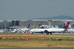 FRANCFORT, ALLEMAGNE - 9 juillet 2017 : Porte et terminaux à l'aéroport de Francfort avec des avions de varios dans l'avant Images stock