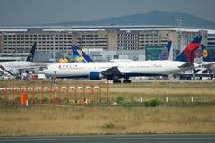 FRANCFORT, ALLEMAGNE - 9 juillet 2017 : Porte et terminaux à l'aéroport de Francfort avec des avions de varios dans l'avant Photo stock