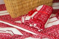 FRANCFORT, ALLEMAGNE - 4 JUIN 2017 : Panier fait main en osier se tenant au blanc avec le tissu brodé ethnique croate rouge Photos stock