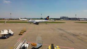 FRANCFORT, ALLEMAGNE - 31 MAI 2017 : L'avion de Lufthansa est sur la piste à l'aéroport clips vidéos