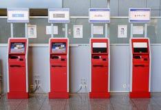 Francfort, Allemagne 26 octobre 2015 : Terminaux de l'information pour des opérations bancaires à l'aéroport Photo libre de droits