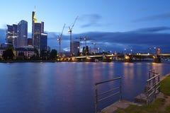 Francfort - canalisation, pont d'Untermain et gratte-ciel le soir Photo libre de droits