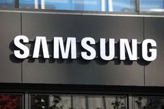 Francfort, Hesse/Alemania - 11 10 18: Samsung firma en un edificio en Francfort Alemania imagenes de archivo