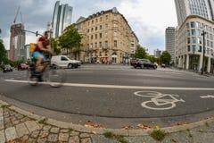 Francfort, Hesse/Alemania - 07-22-2018: Un jinete de la bicicleta que completa un ciclo en un carril de la bici imagen de archivo