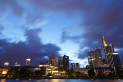 Francfort - horizon avec des nuages de pluie le soir Photographie stock