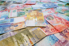 Franchi svizzeri con le nuove venti e cinquanta fatture del franco svizzero Fotografie Stock Libere da Diritti