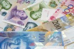 Franchi svizzeri di note e yuan cinesi Fotografie Stock Libere da Diritti