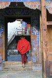 Franchir le seuil (palais de Wangdicholing - Jakar - Bhoutan) Photographie stock libre de droits
