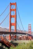旧金山,美国- 10月8日:人们在2011年10月8日骑有金门桥的自行车在背景中在圣Franci 免版税库存图片
