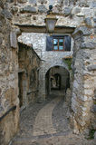 Francia: calle lateral estrecha del pueblo medieval Fotografía de archivo libre de regalías