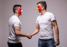 Francia contra Rumania Fanáticos del fútbol del handshak de los equipos nacionales Imágenes de archivo libres de regalías