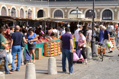 Francia, el mercado pintoresco de Versalles Imágenes de archivo libres de regalías