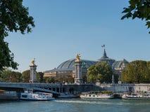 francia El puente a través del río en París imagenes de archivo