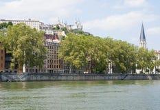 Francia, Lyon - 3 de agosto de 2013: Opinión el muelle y Notre Dame L Imagen de archivo