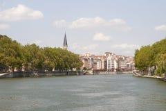 Francia, Lyon - 3 de agosto de 2013: Opinión el muelle y Notre Dame L Fotografía de archivo