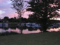 Francia meridional, canal lateral del río de Garona, llamó el lateräl de Canal que igualaba la atmósfera en el puerto interior d imagen de archivo libre de regalías
