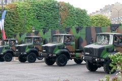 FRANCIA, PARÍS - 14 DE JULIO: Los carros en un militar Imagen de archivo libre de regalías