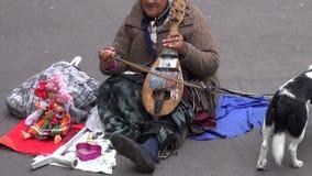 FRANCIA, PARÍS - 25 DE MAYO: emigrante mayor del músico de la mujer que juega en el violín antiguo en la calle de París, el 25 de almacen de video