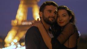 FRANCIA, PARÍS - 2 DE OCTUBRE DE 2017: Pares románticos en amor en París en la torre Eiffel en noche almacen de metraje de vídeo