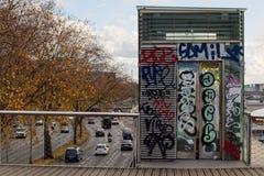 FRANCIA, PARÍS, el 26 de noviembre de 2017: puente que camina de Passerelle Simone de Beauvoir del elevador del abandono Imágenes de archivo libres de regalías