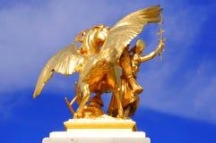 Francia, París: Estatuas del puente de Alexander III Foto de archivo