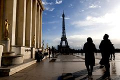 FRANCIA - París gente del 8 de diciembre de 2017 en el Trocadero y torre Eiffel en París Fotos de archivo