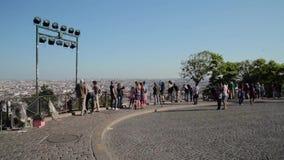 FRANCIA, PARÍS: Grupo de turistas que caminan en Montmartre, cacerola horizontal metrajes