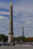 Francia, París, obelisco y torre Eiffel, la plaza de la Concordia - tiro 24 de julio de 2015 - oda a Egipto Imagen de archivo