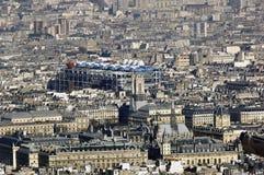Francia, París; opinión de la ciudad del cielo con el museo del beaubourg Foto de archivo libre de regalías