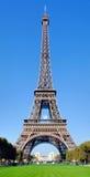 Francia, París: Torre Eiffel con una bola de rugbi Fotos de archivo libres de regalías