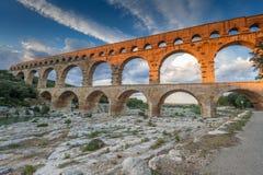 Francia - Pont-du-Gard en la iluminación anaranjada de la puesta del sol imagen de archivo