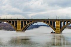 Francis Scott Key most przez Potomac rzekę, zimy mgła na wodzie zdjęcia stock
